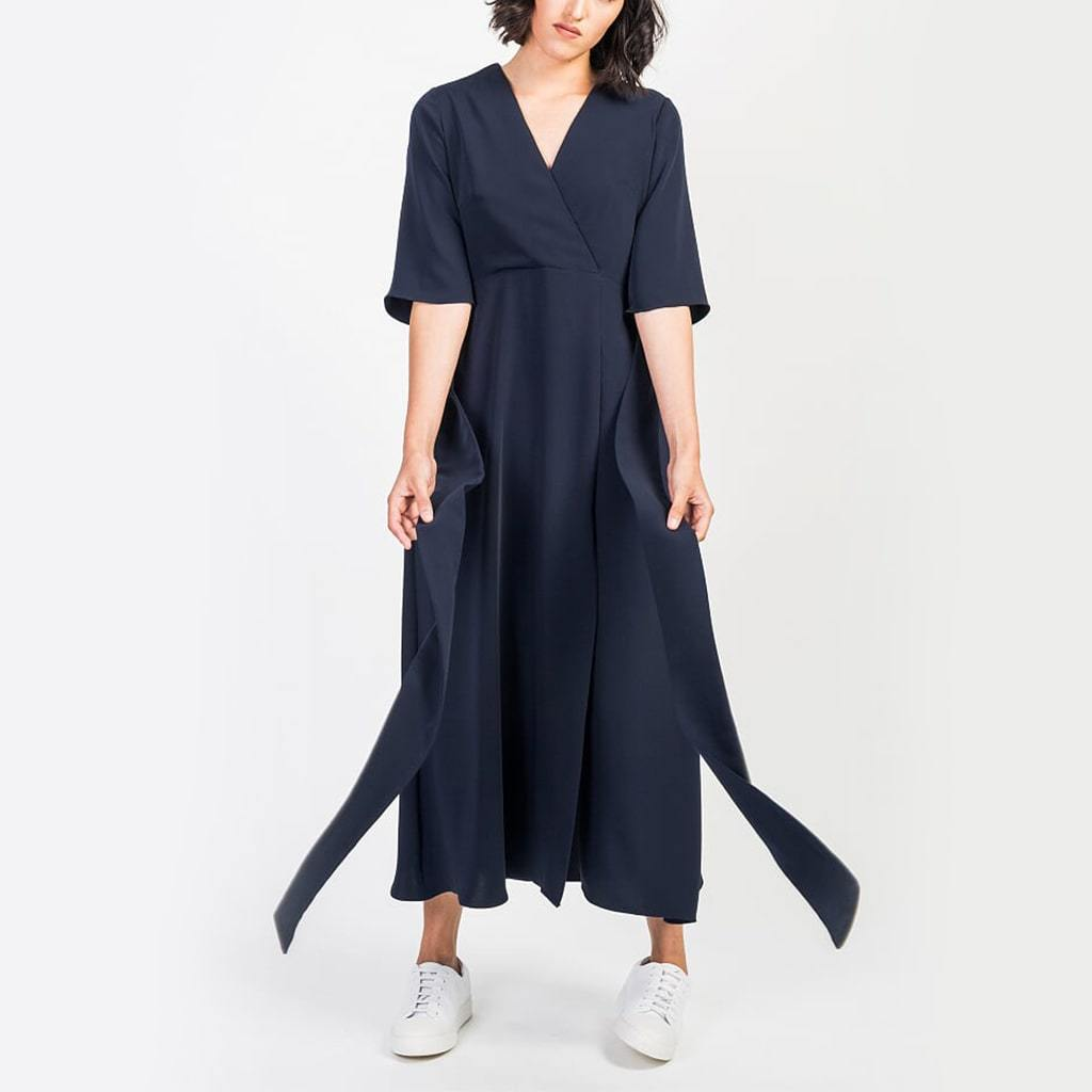 Long navy blue dress, with a straight cut, 3/4 sleeves and an adjusting belt on the waist and side slit.