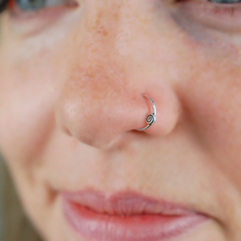 products/Tiny_Spiral_Silver_Nose_Ring_Nicole_2.jpg