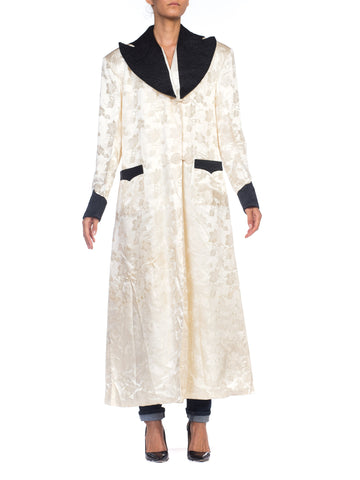 1940s White Lined Dressings Gown