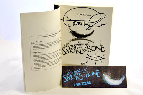 Daughter of Smoke and Bone by Laini Taylor (Indonesian Edition)