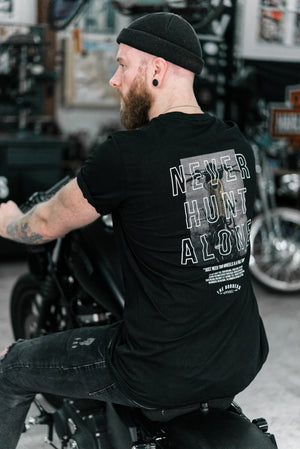 "THE BOBBERS T-Shirt ""NEVER HUNT ALONE BIKE"" - The Bobbers GbR"