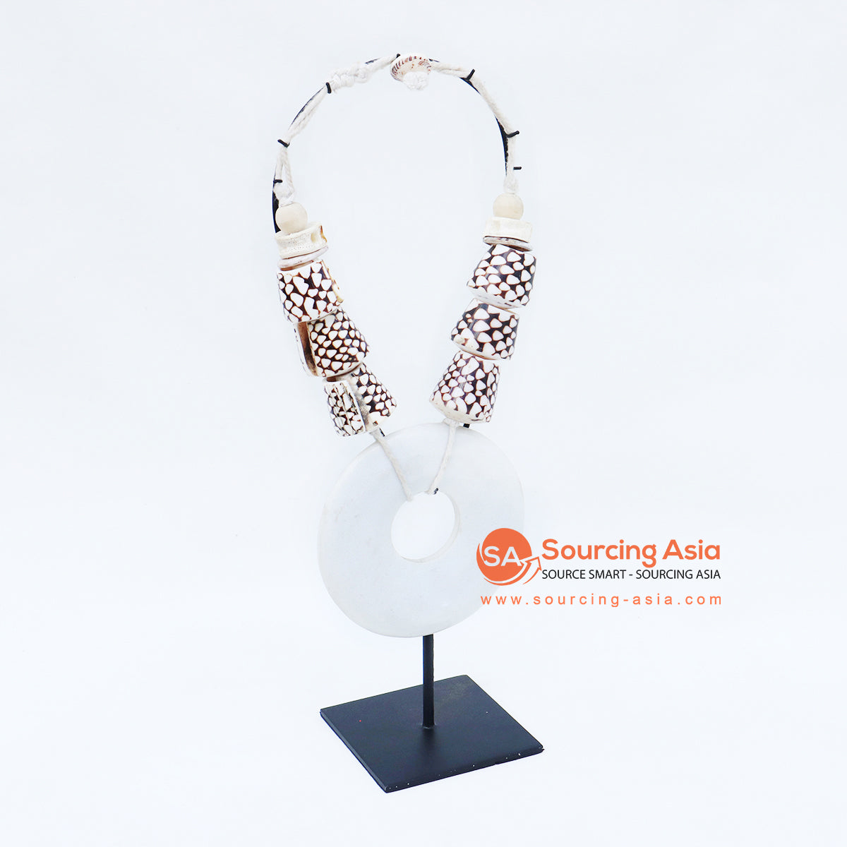 KNTC056 PAPUA SHELL NECKLACE ON STAND