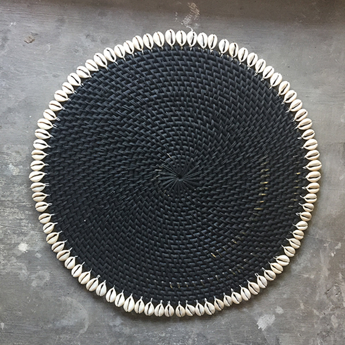 SHL187-5 BLACK ROUND RATTAN PLACEMAT WITH SHELL FRINGE