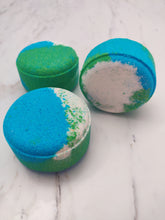 Load image into Gallery viewer, This bath bomb has a warm and complex blend of cinnamon bark, clove leaf, spiced rum, jasmine petals, tahitian vanilla, sandalwood and musk. Made with rich, moisturizing Shea butter, kaolin clay and avocado oil.
