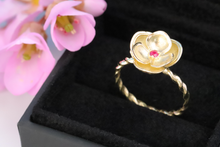 Load image into Gallery viewer, 18K Gold Flower Ring