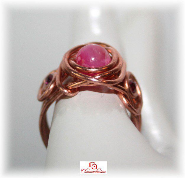 Bague perle jade rose fuchsia et cuivre de style celtique or rose en wire wrapping