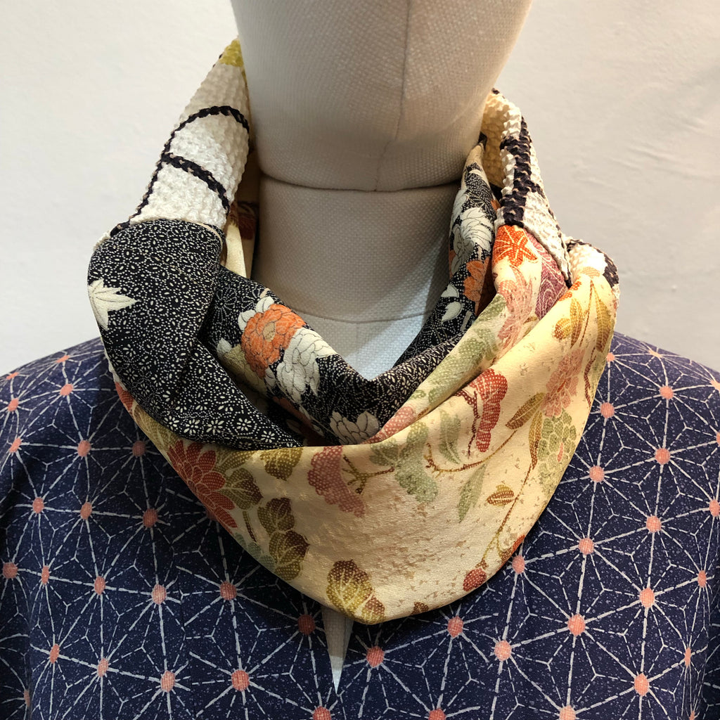 Snood (orange pale, noir et shibori blanche )