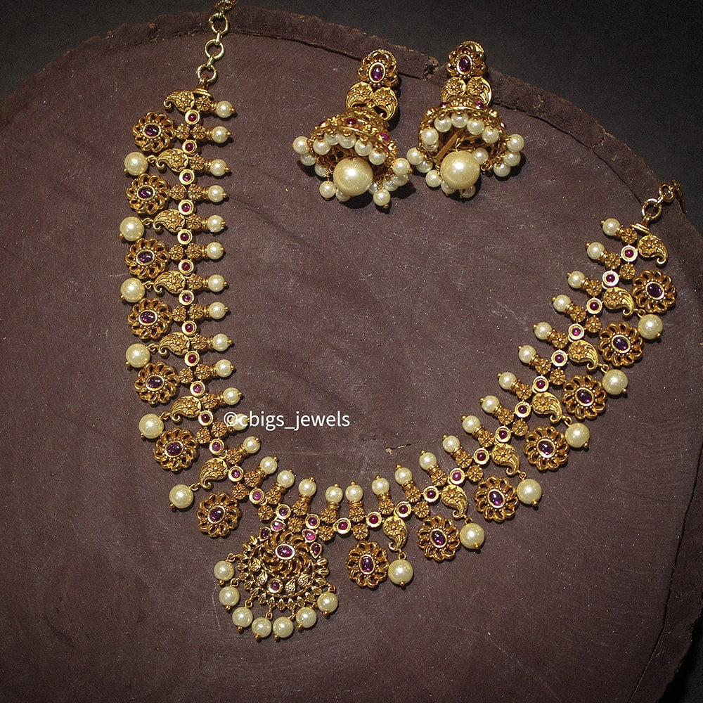 Beautiful Floral Motif Necklace with Pearls
