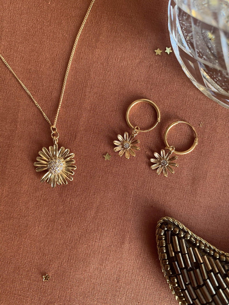 Necklace with big daisy zirconia