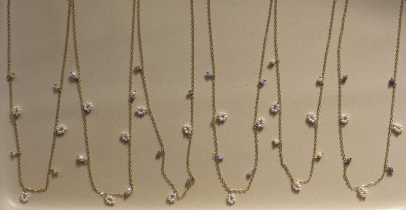 Flower freshwater pearl / small stones necklace lila