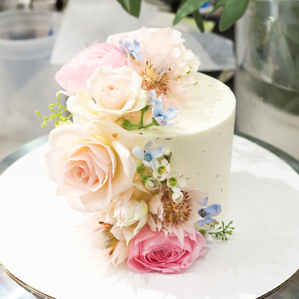 "Load image into Gallery viewer, Domi Fresh Floral Buttercream Cake (4"" to 8"")"