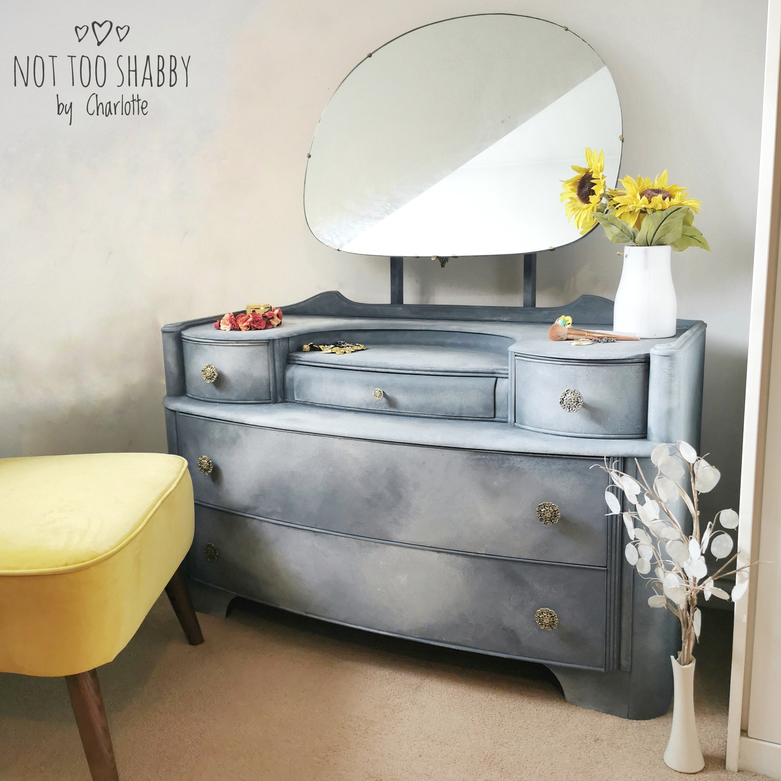Grey blended retro dressing table with round mirror