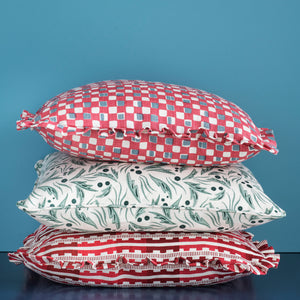 FAYE RUFFLE CUSHION - RASPBERRY