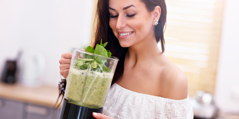 woman making kratom smoothie for period cramps