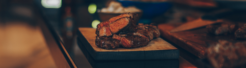 Picture of a sliced steak on a wooden plate