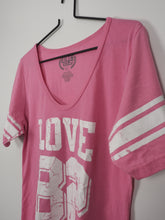Afbeelding in Gallery-weergave laden, Love 82 T-shirt (Fifth Sun)