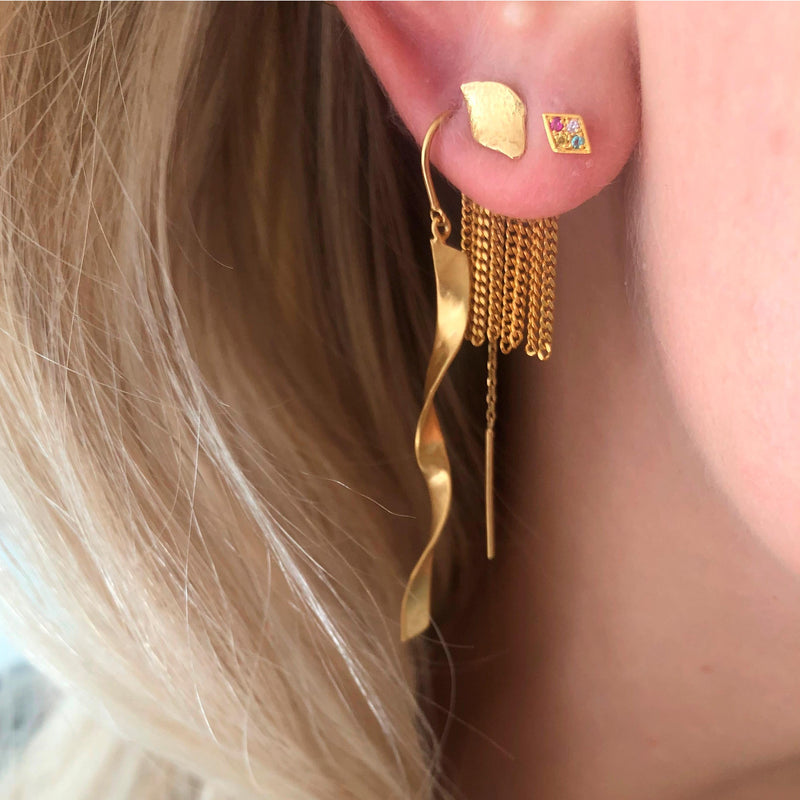 STINE A LONG TWISTED HAMMERED EARRING GULD