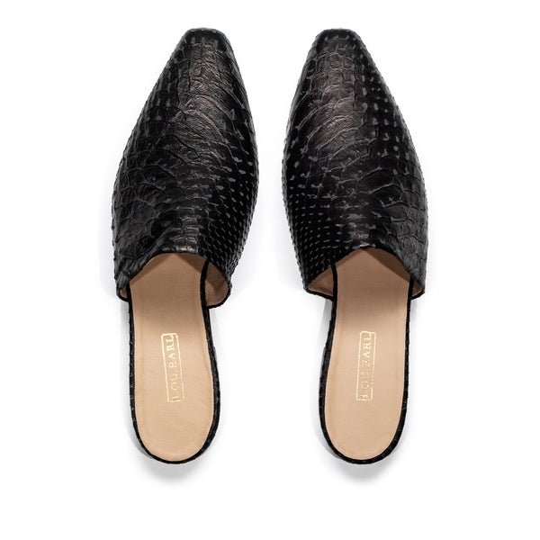 Snake-embossed leather flat mules for women. Slightly almond shaped toe with an edge. Lining is nude-colored smooth leather with gold logo at heel.