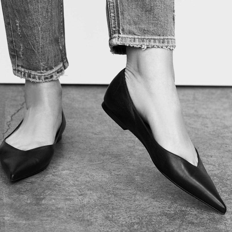 sharp pointed toe leather black flat shoes for women worn on slim feet with skinny ankle denim