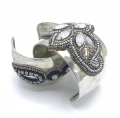 Monsoon cuffarmbånd - Silver white fra Farmhousedesign.no