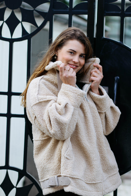 Faux Fur Bomber Jacket - Lys beige fra Farmhousedesign.no
