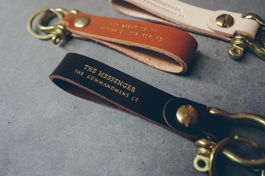 The messenger Leather keychain with brass