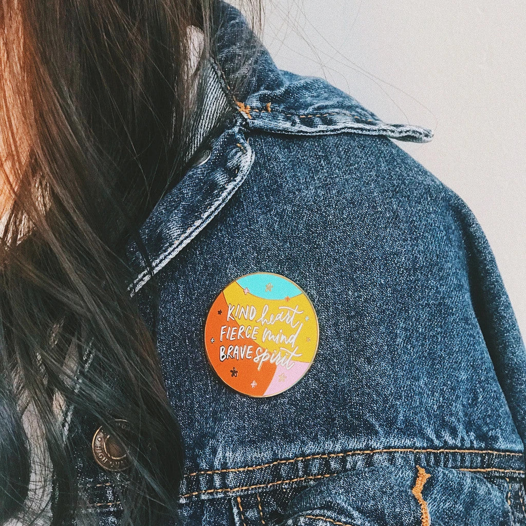 The pin can be pinned on denim jackets to give it a casual cute look