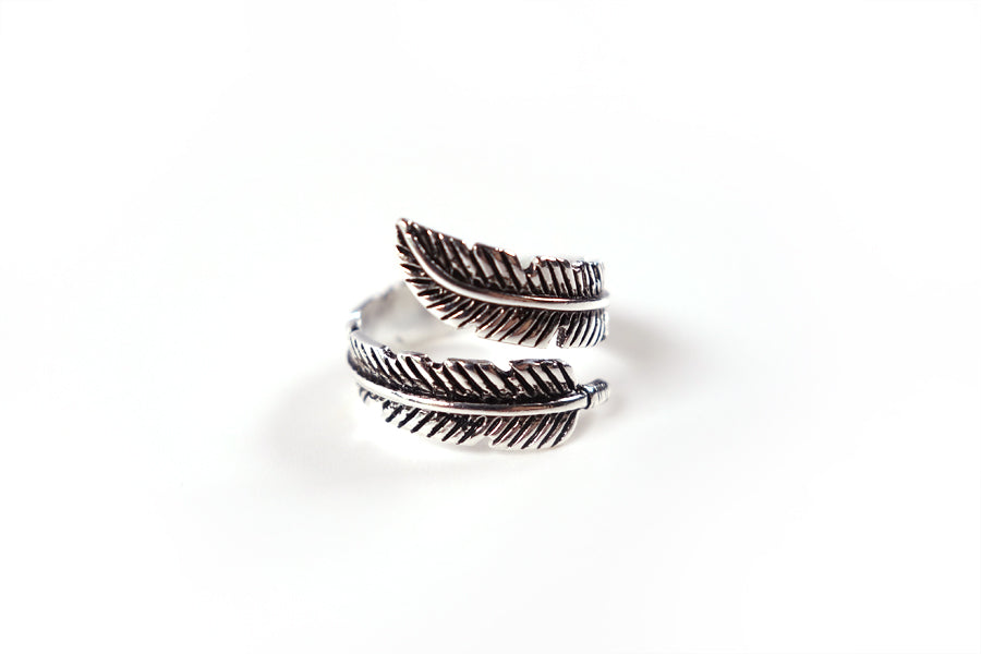 Beautiful ring with feather details