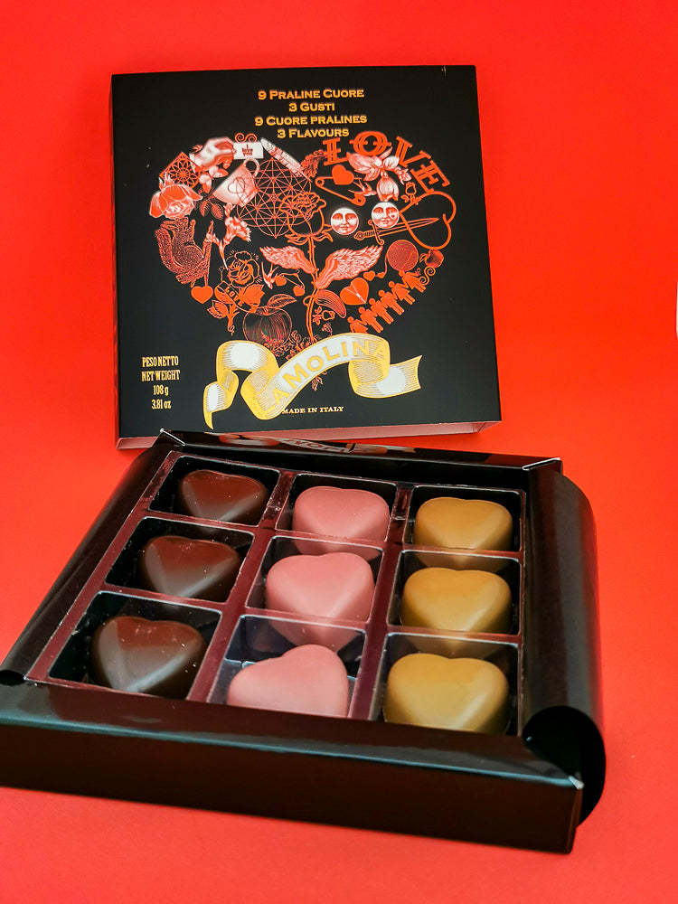 Scatola di Praline con 9 cuori e 3 gusti: caramello e fior di sale, fondente e caffè cioccolato ruby e lampone Elegant collection of 9 heart-shaped pralines with 3 delicious fillings: salted caramel, dark chocolate with coffee, and ruby chocolate with raspberry