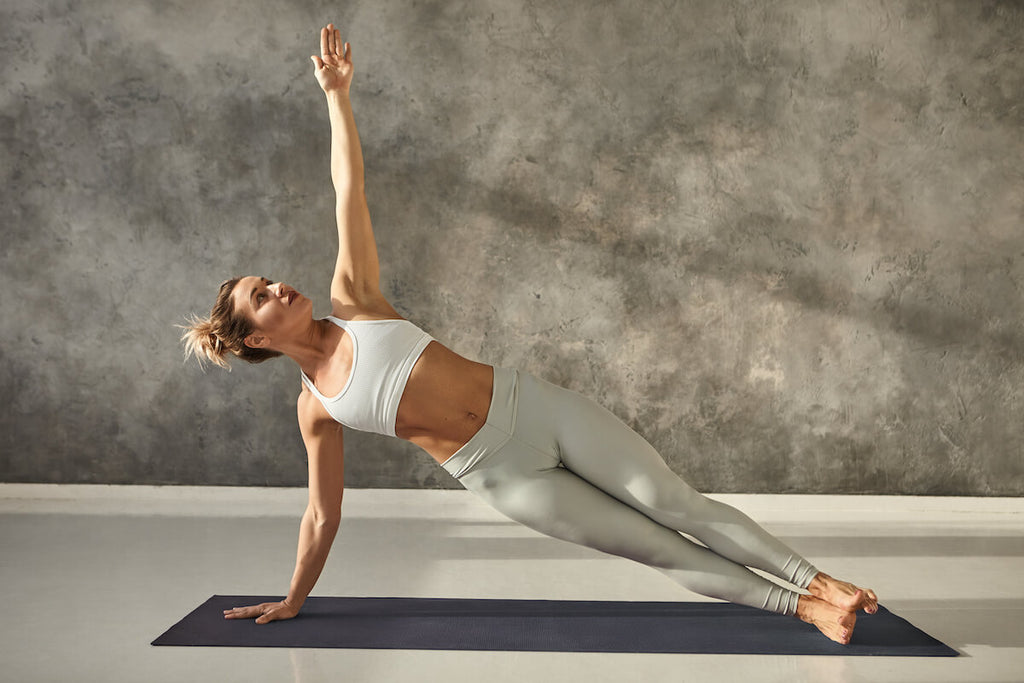 Core exercises for women: woman doing a side plank