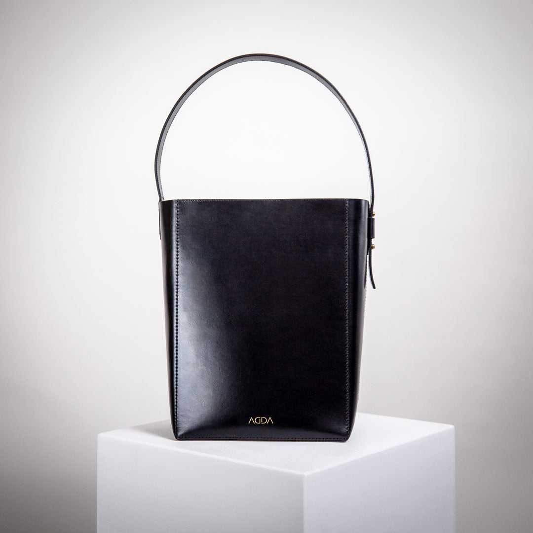 Schwarze Bucket Bag aus Premium Leder von AGDA. Made in Germany.
