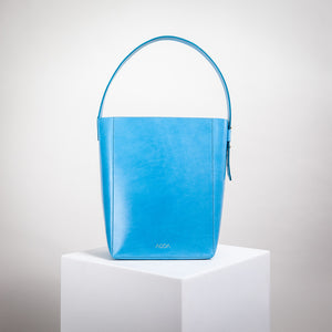 Blaue Bucket Bag aus Naturleder von AGDA. Made in Germany.