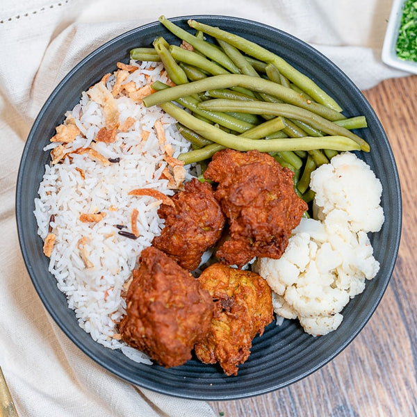 Boulettes véganes hot & spicy, riz royal sauce curry et haricots verts