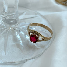 Load image into Gallery viewer, VINTAGE RUBY RED GLASS STONE RING