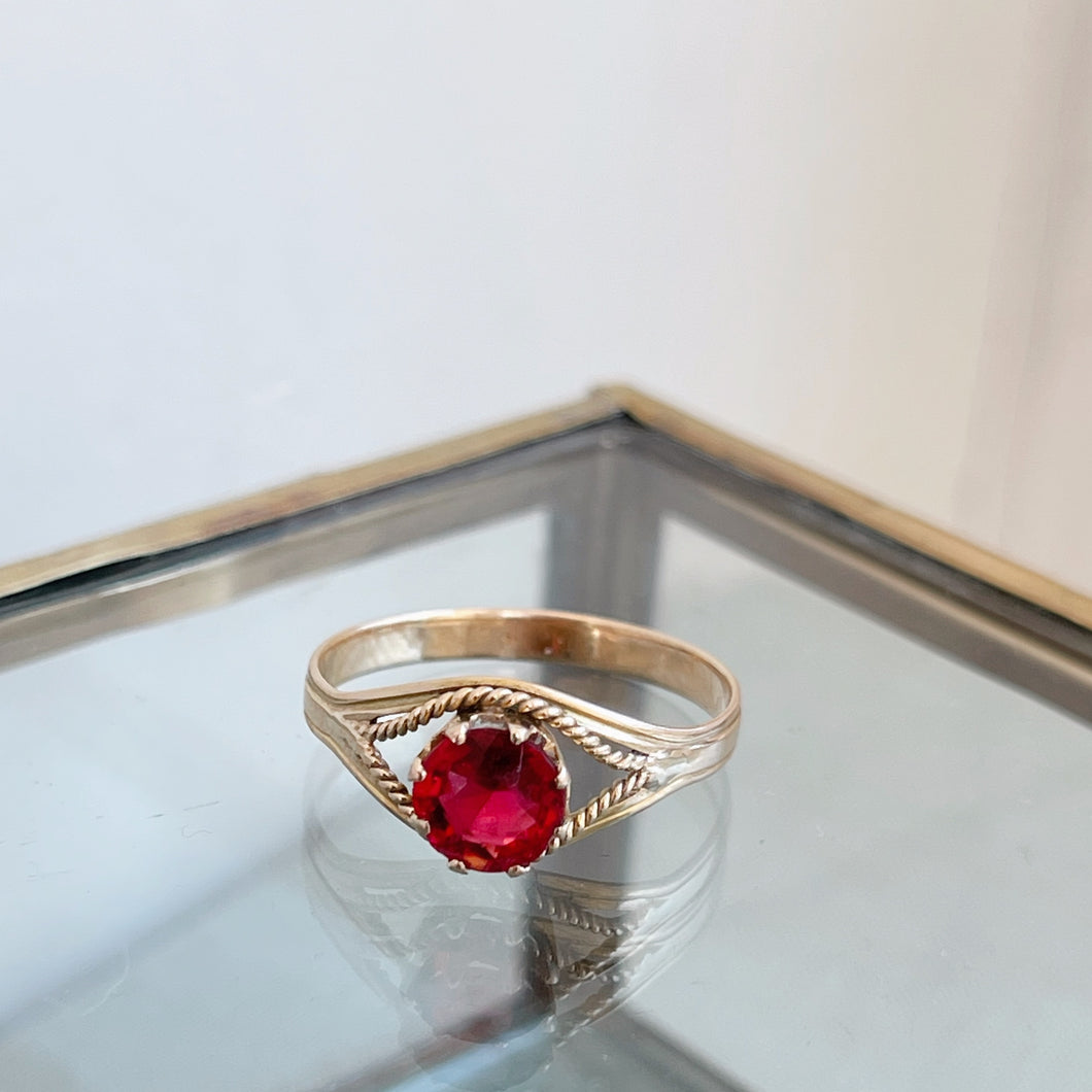 VINTAGE RUBY RED GLASS STONE RING