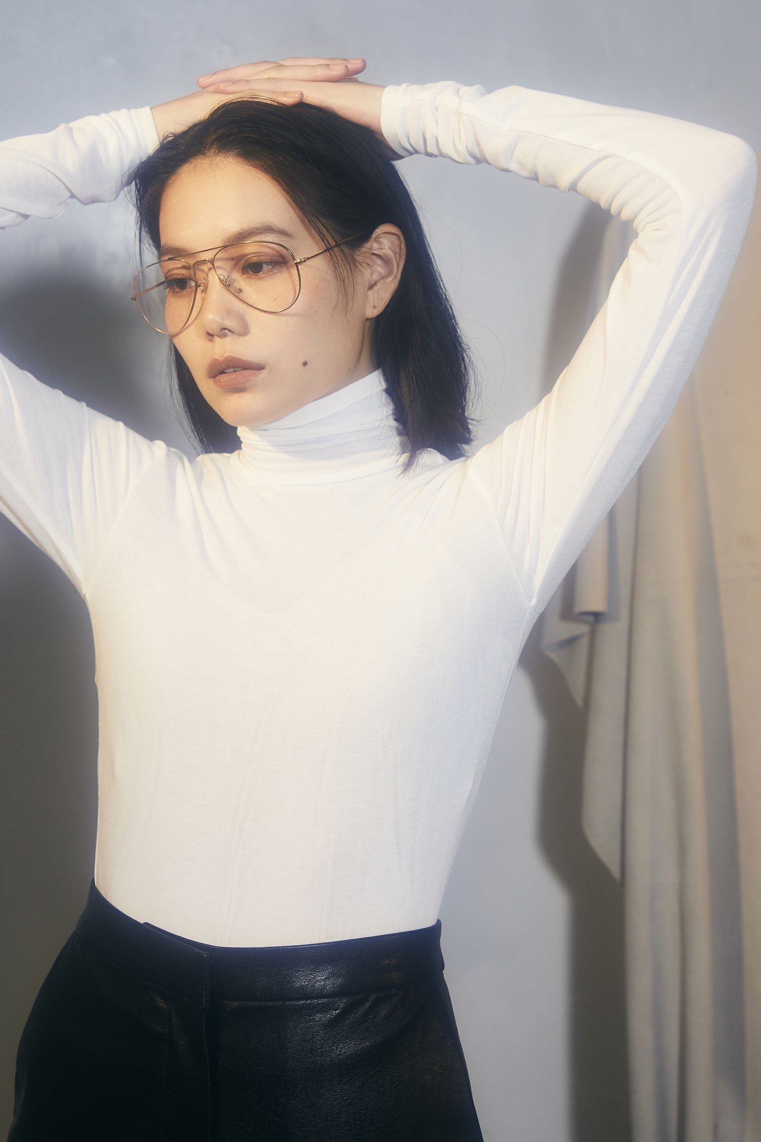 sheer skinny turtleneck -white-