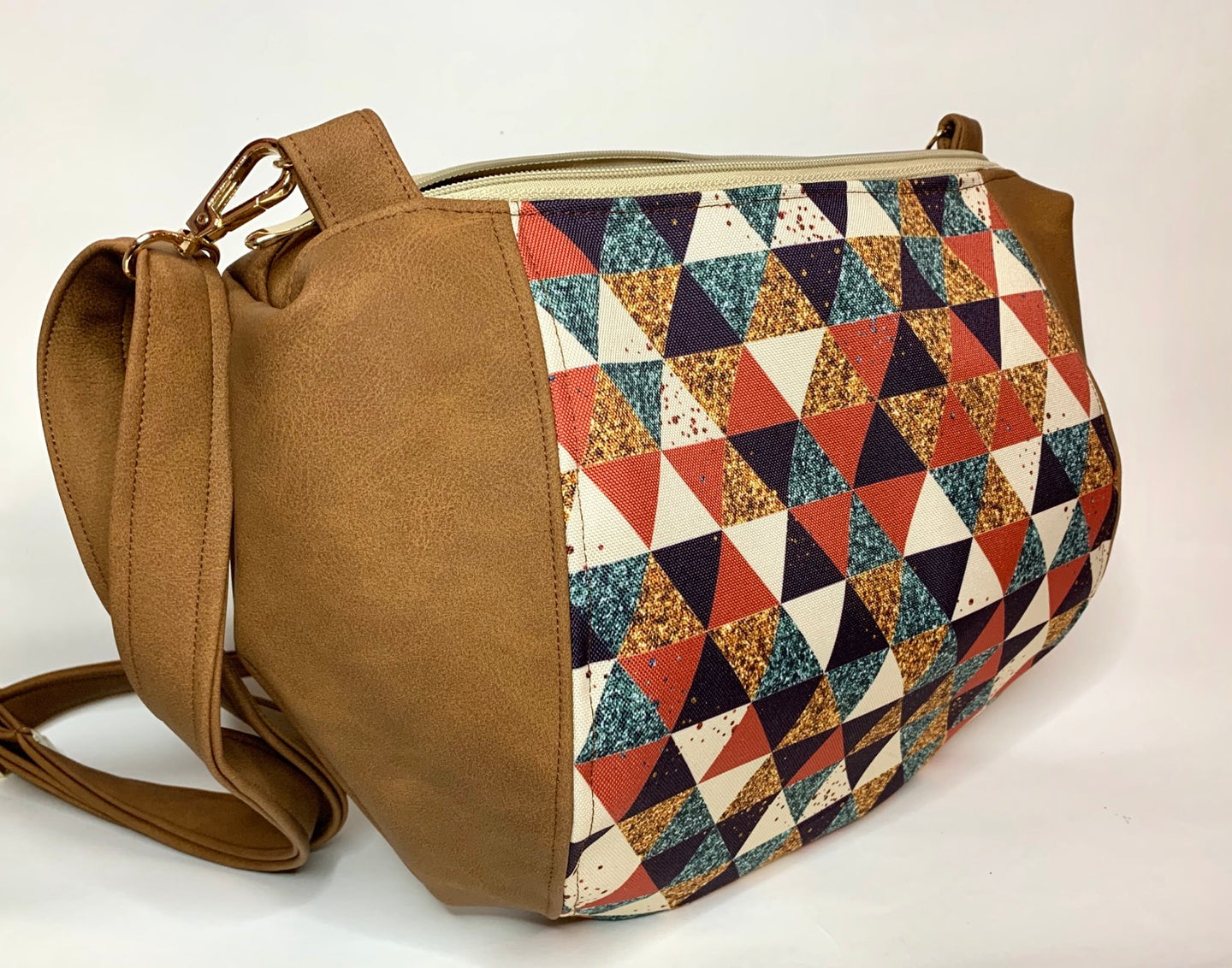 Un sac demi lune marron mat & triangles roux