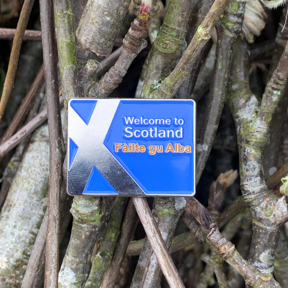welcome-to-scotland-road-sign-enamel-pin-badge-Scottish-gift