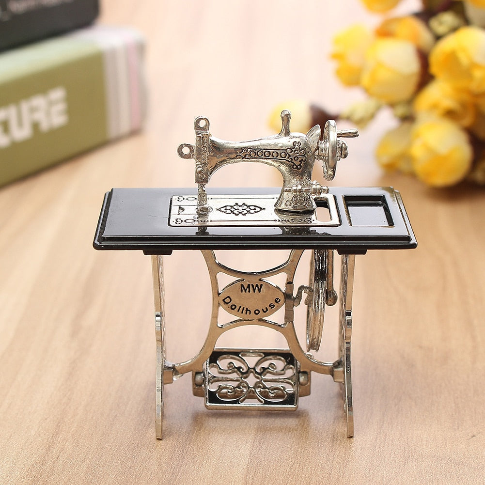 New 1Pc Mini Exquisite Alloy Miniature Sewing Machine 1:12 Scale Dollhouse DIY Decoration Gift Маленькая швейная машина