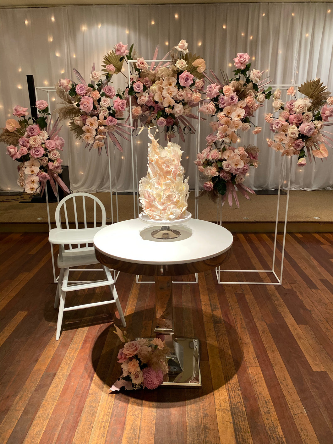 Aria cake table in Silver or gold