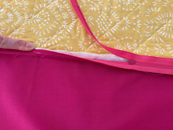 how to insert a zipper into a quilted pillow photo tutorial, spinning top quilt pattern by penny spool quilts