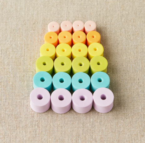 Colorful Stitch Stoppers fra CocoKnits