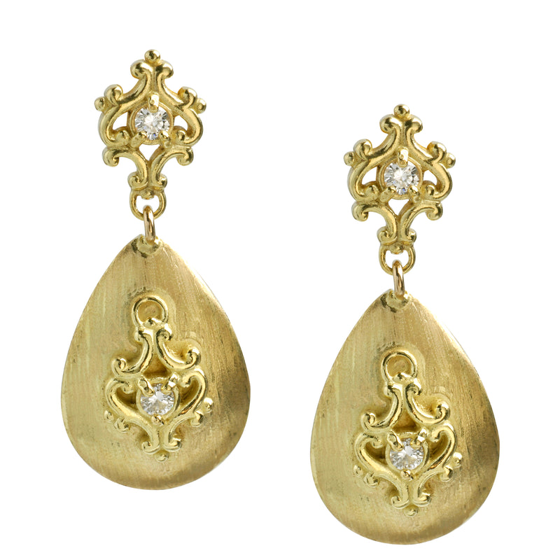 Vintage inspired decorative gold earrings with diamonds