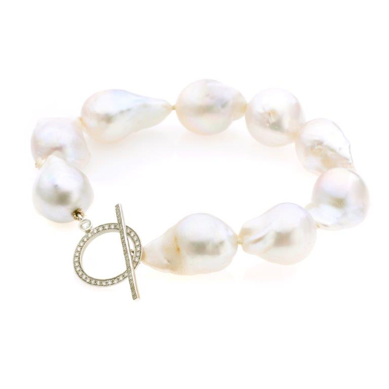 Diamonds pave T clasp bracelet with baroque pearls