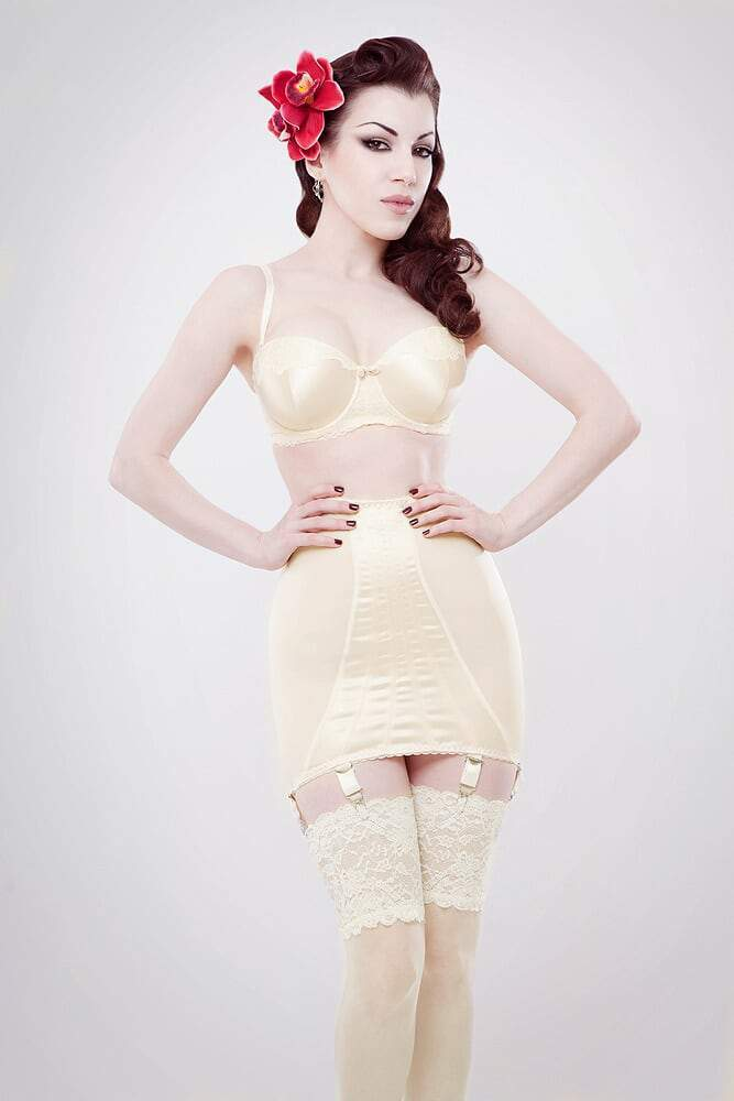 Powermesh girdle in Ivory