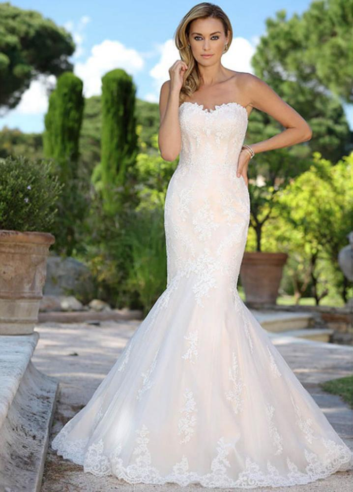 la-nina-s  Fit and flare bridal gown with train