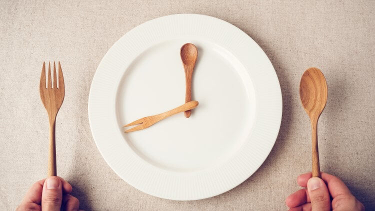 White plate with wooden cutlery imitating 8oclock