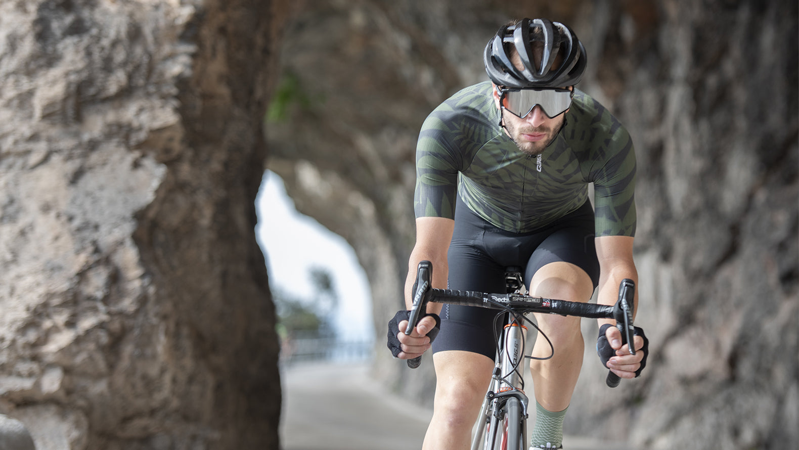 Q36.5 R2 Short Sleeve Cycling Jersey in Jungle for riding in warm weather conditions.