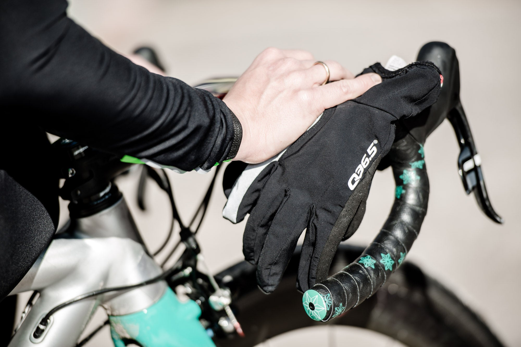Q36.5 Be Love 0 Winter Cycling Gloves in Black for riding in cold weather conditions.