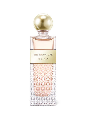Hera The Signature Eau De Parfum  Features The moment your signature presence shines forth, the perfect moment will be imprinted forever.  How to use Spray 1-2 times onto your wrists, at the back of the ears and the hem of your skirt before going out.  By spraying over the pulse points, i.e., wrists  and the back of the ears,  you can capture the magic  of a floral atmosphereTo create a soft,  lingering, feminine charm, spray over the hair.  Specification Brand : HERA  Country of origin : Republic of Korea  Target Area : Body - Skin Type : All Skin Types  Condition : 100% Brand-new with original box  Capacity : 30ml